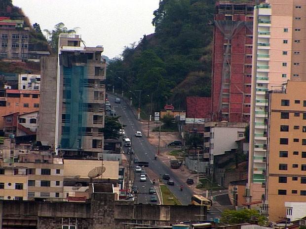 Homem caiu de um prédio no Manuel Honório em Juiz de Fora (Foto: Reprodução/TV Integração)