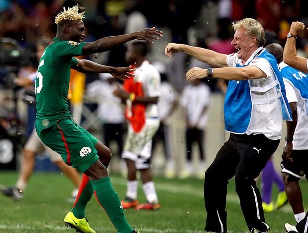 Aristide Bance comemora classificação de Burkina Faso Copa das Nações (Foto: AP)