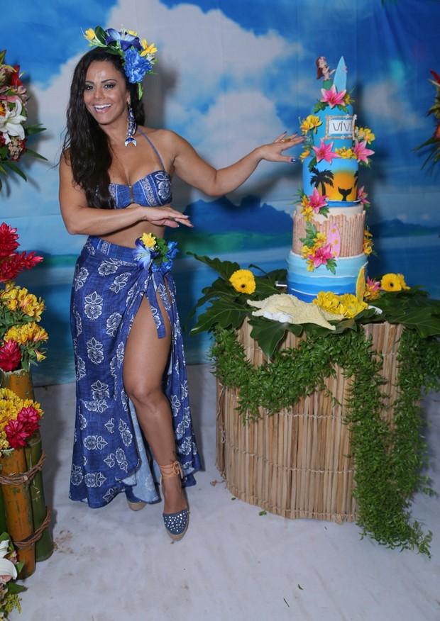Viviane Araújo ganha festa de aniversário de fãs (Foto: Anderson Borde/AgNews)