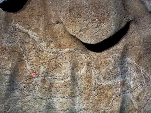 Foto não datada mostra pinturas encontradas na caverna Atxurra, na Espanha, e que teriam mais de 12 mil anos (Foto: HO/AFP)