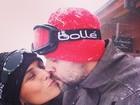 Giovanna Antonelli namora na neve com o marido