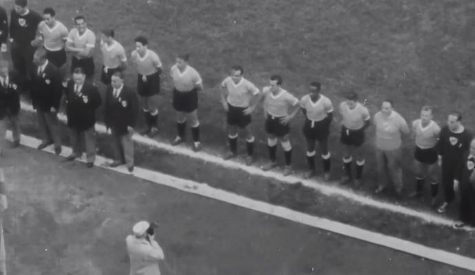 Time do Uruguai perfilado antes da final da Copa do Mundo de 1950 (Foto: Reprodução TV Globo)