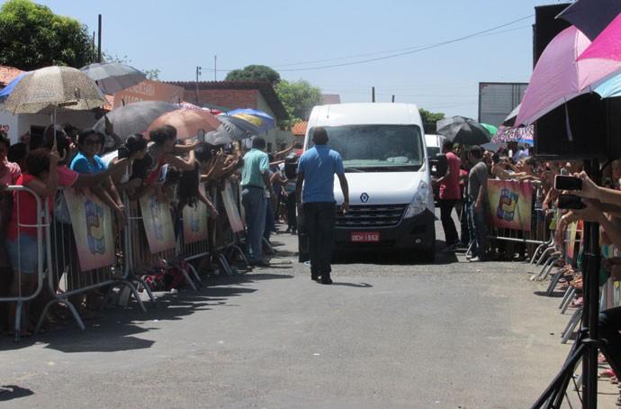 Muitas pessoas aguardaram a chegada do apresentador (Foto: Laurivânia Fernandes/Gshow)