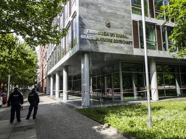 A Embaixada do Brasil em Berlim foi alvo de ataque na madrugada desta segunda-feira (12). Segundo o setor de imprensa da representação diplomática, um grupo de pessoas encapuzadas lançou dezenas de pedras contra as janelas da embaixada por volta da 1h  (Foto: Paul Zinken/dpa)