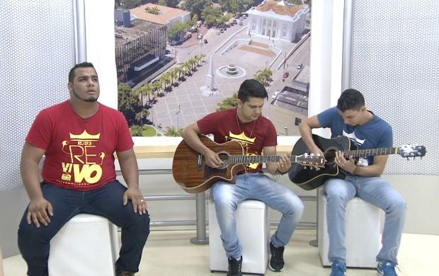 Integrantes da banda Revivo falaram sobre a produção do clipe e mostraram alguns sucessos da música gospel (Foto: Acre TV)