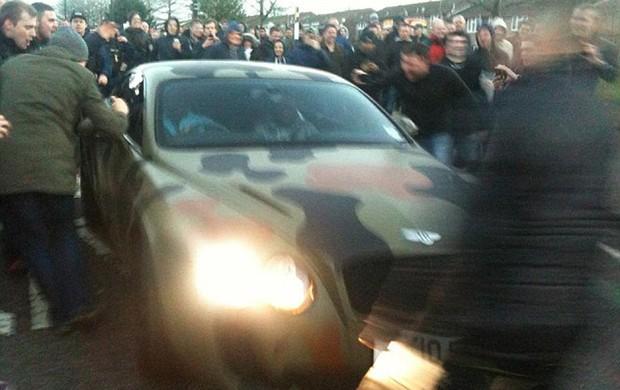 Balotelli com seu carro camuflado (Foto: Reprodução/Twitter)