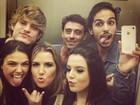 Giovanna Lancellotti e Isis Valverde posam com amigos em elevador