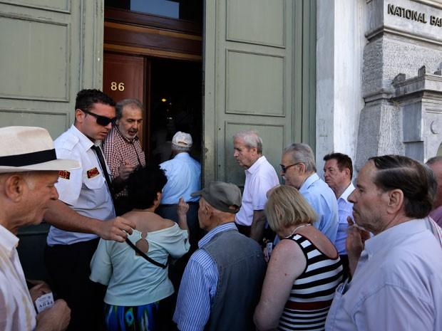 Os bancos na Grécia reabriram as portas nesta segunda-feira pela primeira vez em três semanas depois de fechamento, para permitir operações nos caixas, apesar de controles de capital ainda serem mantidas (Foto: AFP)