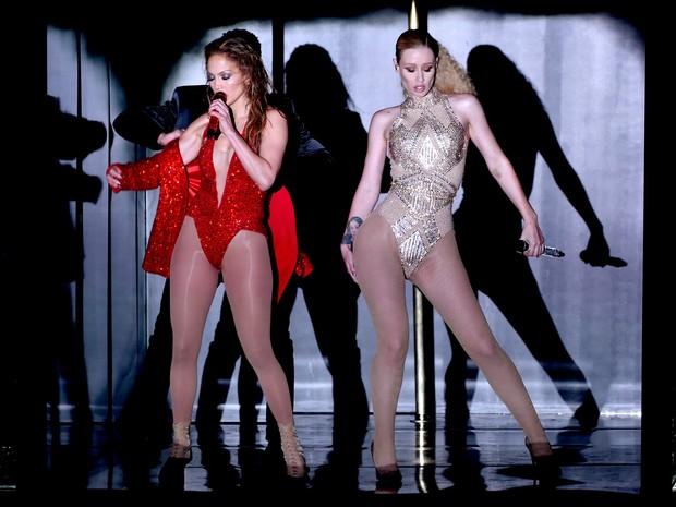 Jennifer Lopez e Iggy Azalea se apresentam no American Music Awards em Los Angeles, nos Estados Unidos (Foto: Kevin Winter/ Getty Images/ AFP)