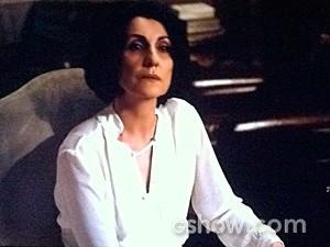 Gilda atende o pedido da chefe (Foto: O Rebu / TV Globo)