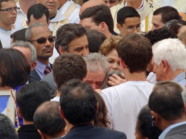 Ex-presidente Lula e a presidente Dilma Rousseff cumprimentam os familiares de Eduardo Campos (Foto: Lucas Liausu/Globoesporte.com)
