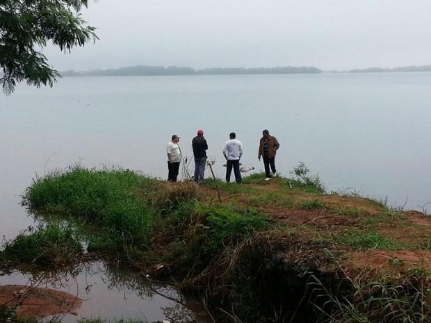 Corpos das vítimas do naufrágio foram encontrados na manhã desta terça-feira (31), no Rio Paraná, em Paulicéia (Foto: Claudinei Troiano/TV Fronteira)