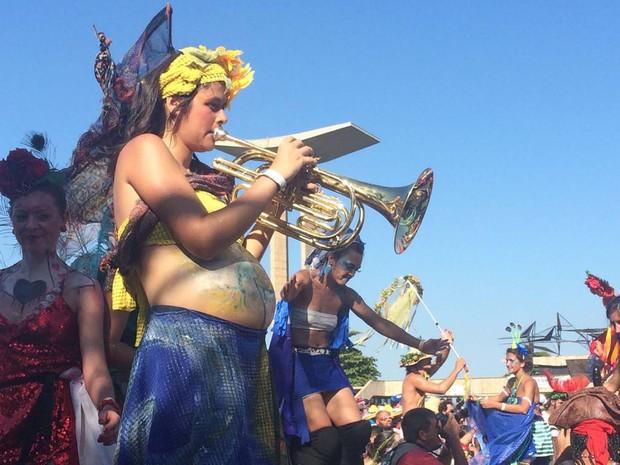 Grávida de seis meses toca na Orquestra Voadora sobre pernas de pau (Foto: Andressa Gonçalves/G1)