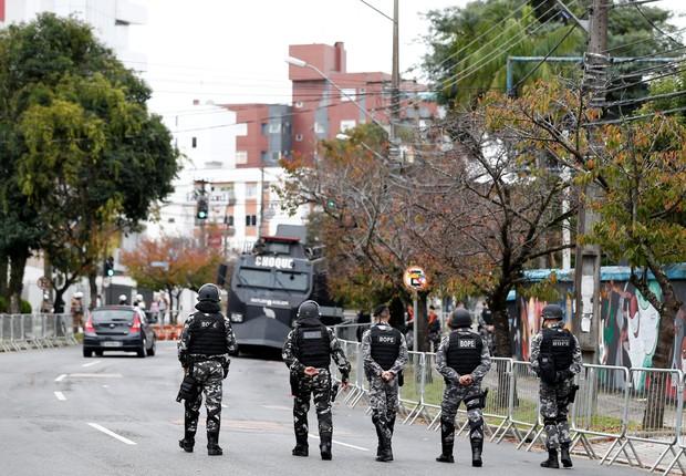 Policiais patrulham ruas de Curitiba em dia de depoimento do ex-presidente Lula (Foto: Rodolfo Buhrer/Reuters)