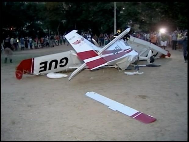 Avião caiu em campor de futebol de Teófilo Otoni (Foto: Reprodução / Inter TV)