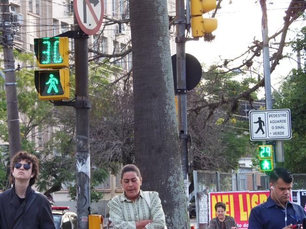 Tempo de travessia dos pedestres foi ampliado para 30 segundos (Foto: João Laud/RBS TV)