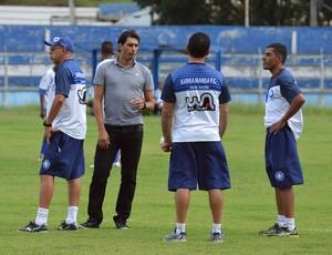 Athirson conversa com comissão técnica durante treino no Barra Mansa (Foto: Renato Silva/BMFC)