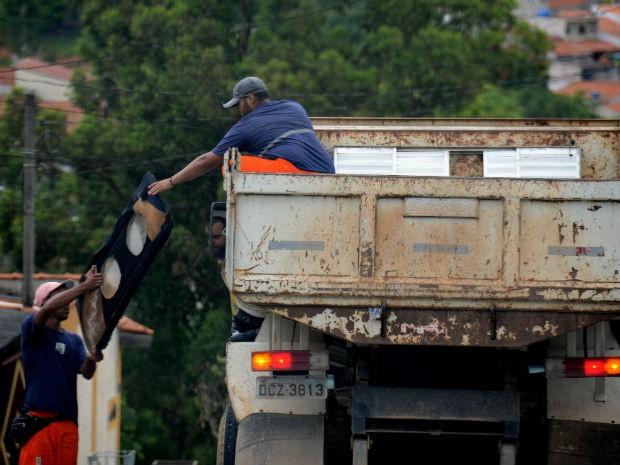 Objetivo é recolher materiais que possam virar criadouros do mosquito da dengue (Foto: Zaqueu Proença)