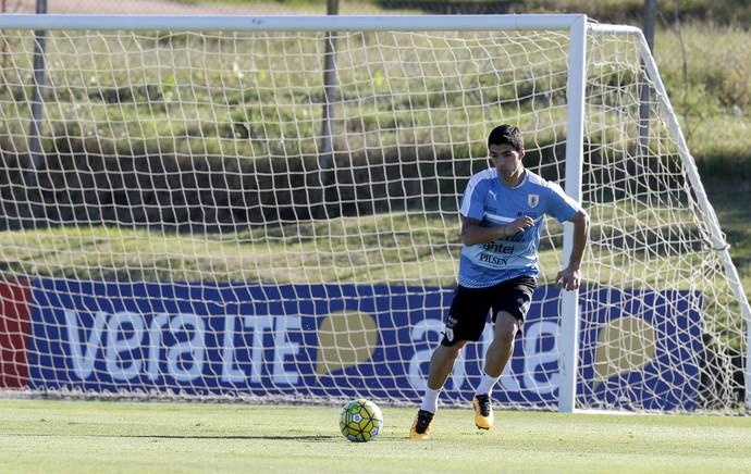 Luis Suárez sorri treino seleção do Uruguai (Foto: Reuters/Andres Stapff)