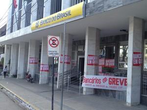 Agências bancárias da Paraíba amanheceram fechadas nesta quinta-feira (19) devido à greve dos bancários (Foto: Walter Paparazzo/G1)