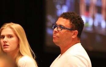 Ao lado da namorada, Ronaldo vira atração à parte na pesagem do UFC