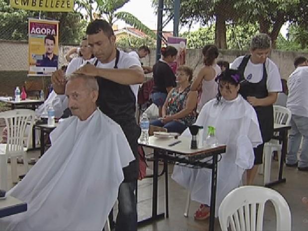 No mutirão, foi possível cortar cabelo e cuidar da beleza (Foto: Reprodução/ TV TEM)