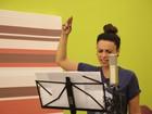 Haja disposição! Suzana Pires canta enquanto pula na cama elástica