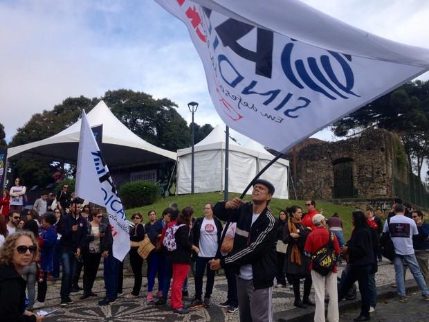 Professores e funcionários de escolas estão no Largo da Ordem (Foto: Diego Sarza/RPC)