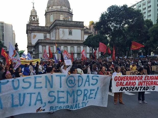 Passeata de professores e alunos saiu da Candelária em direção à Central do Brasil, fechando a Avenida Presidente Vargas (Foto: Cristina Boeckel/G1)