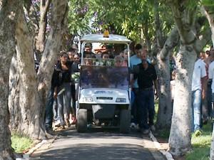 Parentes e amigos durante o enterro do jovem morto no domingo, em Campinas  (Foto: Márcio Silveira / EPTV)