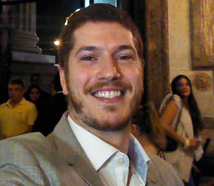 Caio Paduan faz selfie no Theatro Municipal (Foto: Gshow)
