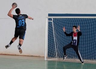 Lance do jogo entre Cegel e Launé, pelo handebol masculino, nos Jogos Escolares Maranhenses (JEMs) (Foto: Bruno Mendes/Sedel)