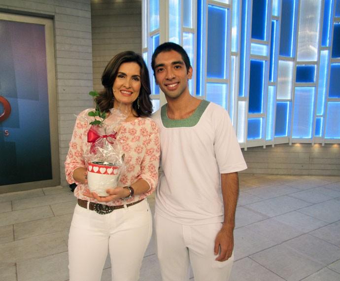 Cauê San posa com a apresentadora nos bastidores  (Foto: Viviane Figueiredo Neto/Gshow)