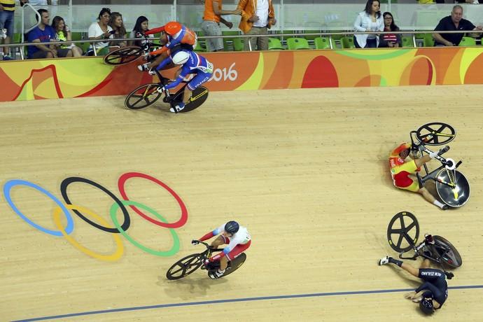 Ciclismo de pista feminino queda  (Foto: REUTERS/Paul Hanna)