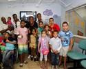 Tenório, Edmílson e Abuda fazem visita a crianças em hospital