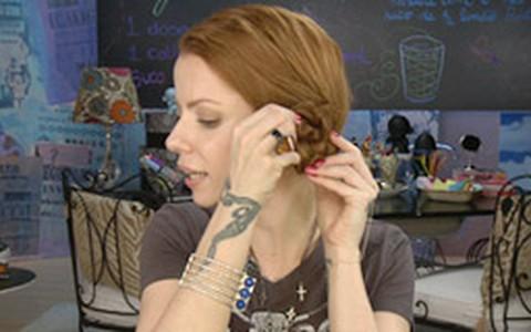Coque lateral com trança: Julia Petit ensina a fazer o penteado
