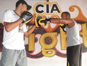 Anderson Rodrigues (professor de Kickboxing) e Pow (lutador) (Foto: Cléber Côrrea)