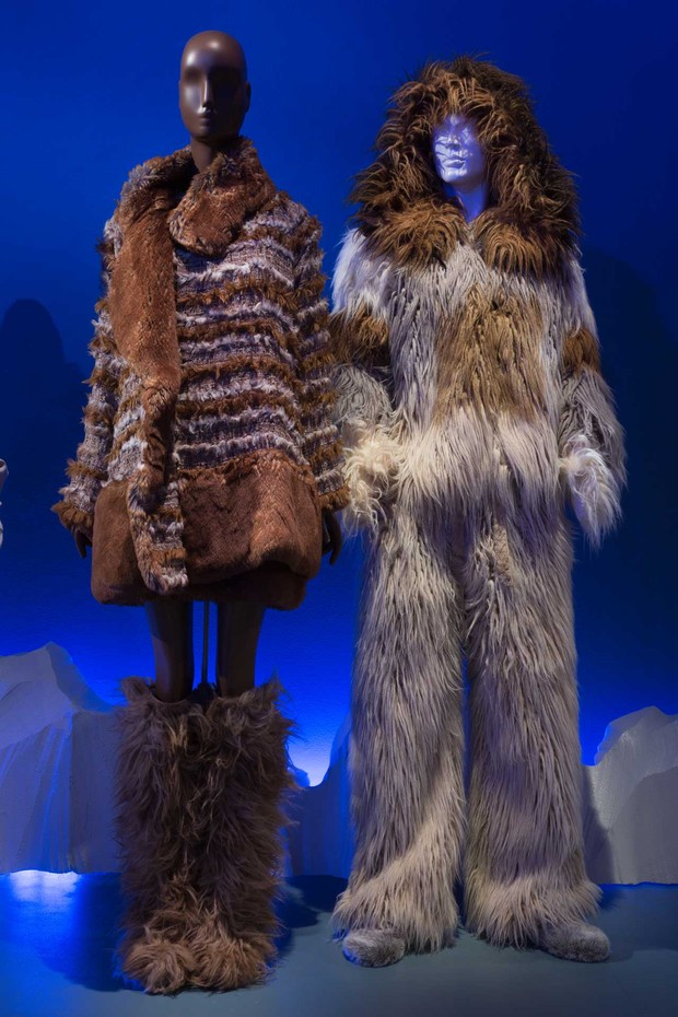 From left: Tweed and faux fur suit by Karl Lagerfeld for Chanel, Autumn/Winter 2010; man's faux fur ensemble by Karl Lagerfeld for Chanel, Autumn/Winter 2010. Both lent by CHANEL Patrimoine Collection, Paris (Foto: © THE MUSEUM AT FIT)