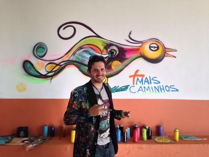 Anderson Ferreira Lemes, mais conhecido como Alemão Art, deu a volta por cima da dislexia e ganhou o mundo com sua arte (Foto: reprodução EPTV)