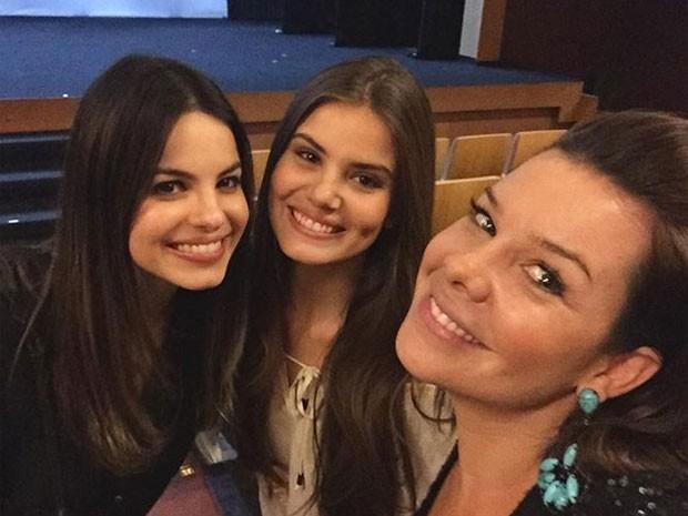 Sthefany Brito, Camila Queiroz e Fernanda Souza em teatro no Rio (Foto: Instagram/ Reprodução)