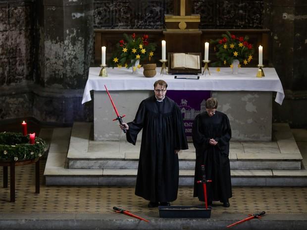 Os sacerdotes Vicars Lucas Ludewig (à esquerda) e Ulrike Garve (à direita) celebram a missa em homenagem a 'Star Wars' neste domingo (20) na igreja de Zion, em Berlim (Foto: Markus Schreiber/AP)
