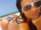 Solange Gomes pega sol na praia um dia antes de desfilar no carnaval