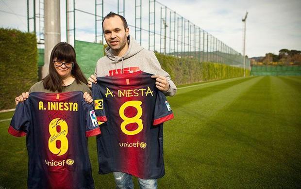 Iniesta com Anna Vives, autora da tipografia da camisa do Barcelona no Joan Gamper (Foto: Reprodução / Facebook )