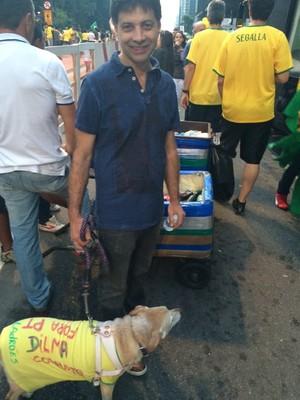 """O dentista Helio Oriani, de 57 anos, levou sua cachorra Lili a Avenida Paulista, para protestar contra o PT. """"Queremos que esta incompetente saia do governo"""", diz (Foto: Nathalia Bianco, com Aline Ribeiro)"""