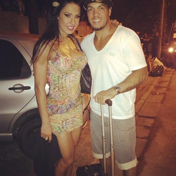 Gracyanne Barbosa encontra Belo ao sair de casa (Foto: Reprodução/ Instagram)