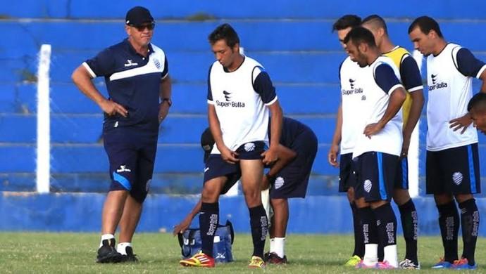 Nêgo sente a coxa em treino do CSA (Foto: Ailton Cruz/ Gazeta de Alagoas)