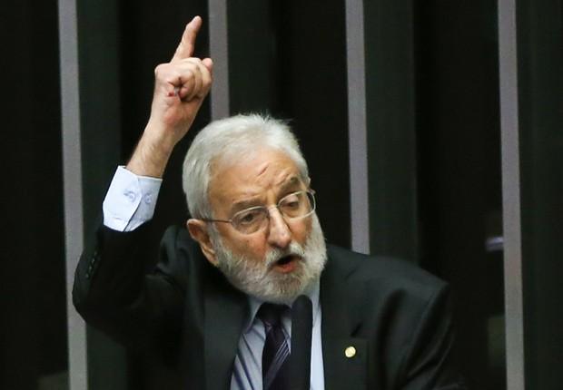Deputado Ivan Valente fala durante a sessão para votação da autorização ou não da abertura do processo de impeachment da presidenta Dilma Rousseff, no plenário da Câmara (Foto: Marcelo Camargo/Agência Brasil)