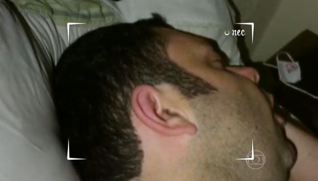 Sami ronca e atrapalha o sono da mulher (Foto: TV Globo/É de Casa)