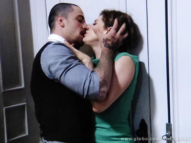 """Edith gosta quando Wagner a agarra: """"Você é minha melhor vingança!' (Foto: Amor à Vida / TV Globo)"""