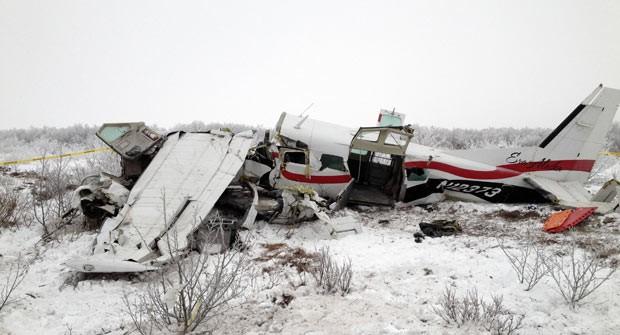 Destroços do avião acidentado são vistos neste sábado (30) próximo a St. Marys, no estado americano do Alasca. (Foto: Alaska State Troopers/AP)
